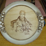 Tecnica: pirografia eseguita a mano e doratura in argento.