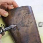 Pirografia eseguita a mano su calcio fucile.